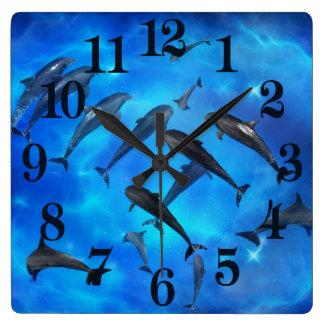 Delphine, die im Ozean schwimmen Quadratische Wanduhr