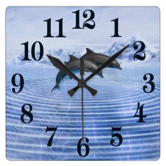 Delphine im klaren blauen Meer Quadratische Wanduhr