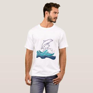 Delphine über dem grundlegenden T - Shirt der