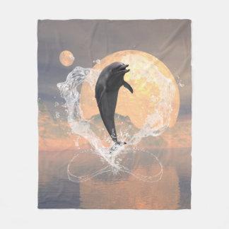 Delphinherausspringen eines Herzens gemacht vom Fleecedecke