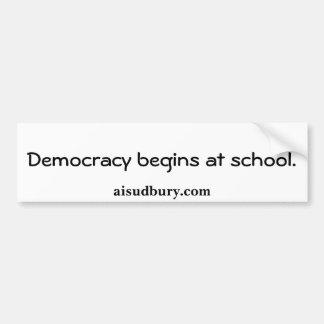 Demokratie fängt an der Schule., aisudbury.com an Autoaufkleber
