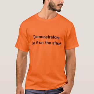 Demonstranten tun es auf der Straße T-Shirt