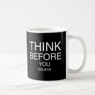 Denken Sie, bevor Sie glauben (Schwarzes) Tasse