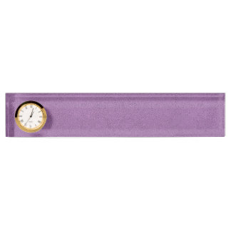 Der Blick des gemütlich französischen lila Schreibtischplakette