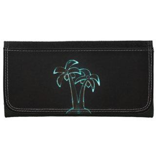 Der Blick von Neonlit herauf tropische Palmen