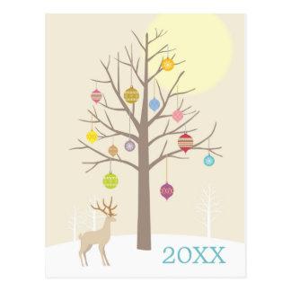Der braune Baum mit Weihnachtsdekorationen Postkarte