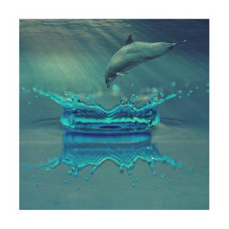Der Delphin springend in Tropfen des Wassers Holzwanddeko