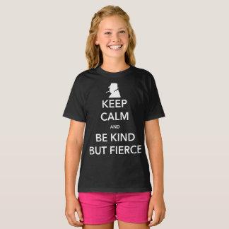 Der dunkle T - Shirt des heftigen Mädchens