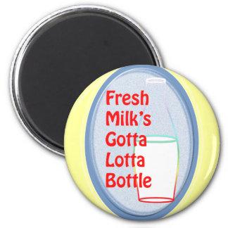 Der frischen Milch gelangte an Lotta-Flasche Runder Magnet 5,1 Cm