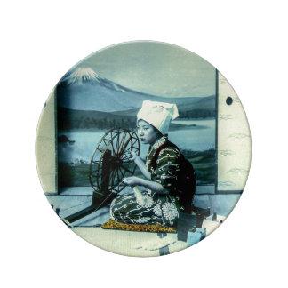 Der Fujisan auf einem Silk Schirm hinter Teller