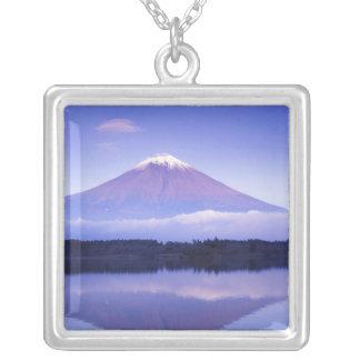 Der Fujisan mit lentikularer Wolke, Motosu See, Versilberte Kette