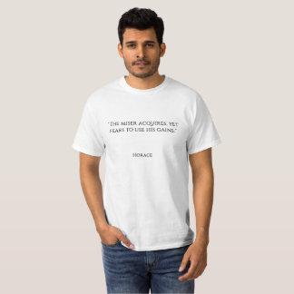 """""""Der Geizhals erwirbt, dennoch fürchtet sich, um T-Shirt"""
