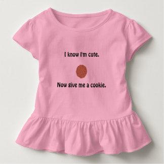 Der gekräuselte T - Shirt des Sassy Mädchens