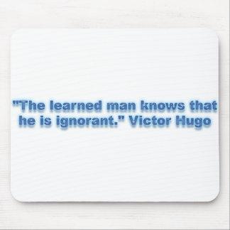 """""""Der gelehrte Mann weiß, dass er ignorant ist. """" Mousepad"""