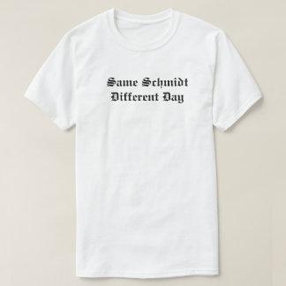 Der gleiche unterschiedliche Tag Schmidts T-Shirt