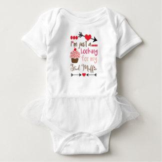 Der kleine Kuchen des Valentinsgrußes, der nach Baby Strampler
