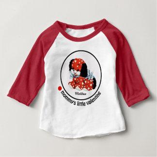 Der kleine Valentinsgruß der Mama. Das Geschenk-T Baby T-shirt