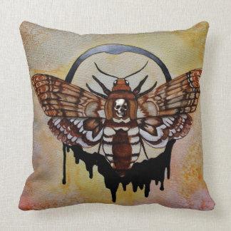 Der Kopf-Falke-Motte des Todes Kissen