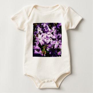 Der lila Blumen-Flecken Baby Strampler