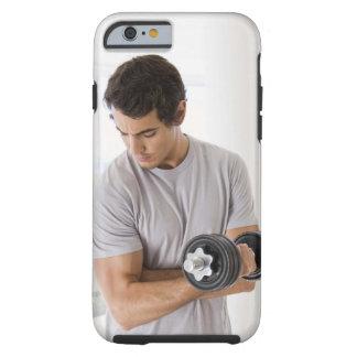 Der Mann, der Arm tut, kräuselt sich mit Gewichten Tough iPhone 6 Hülle