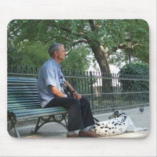 Der Mann mit seinem Hund Mauspads