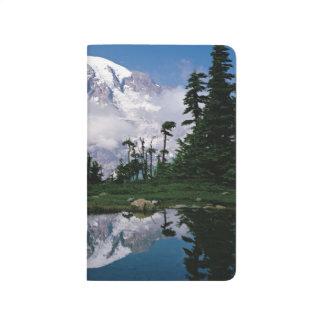 Der Mount Rainier relected in einem Berg Tarn Taschennotizbuch