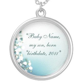 Der Mutter die Halskette, das Baby u. der Geburtst