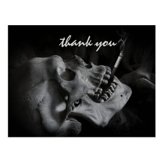 Der Schädel, der eine Zigarette raucht, danken Postkarte