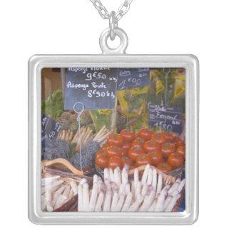Der Stall des Straßenmarkt-Kaufmannes mit Weiß Halsketten