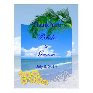 Der Strand und blaue Himmel, die Wedding sind, Postkarte