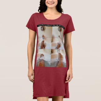 Der T - Shirt-Kleid der Frauen mit mehr Kaffee Kleid