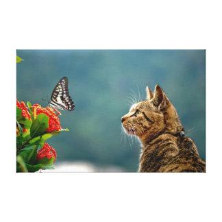 Der Tabby u. der Schmetterlings-Leinwand-Druck Leinwanddruck