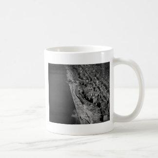 Der Westseiten-Landstraßen-Flussufer-Antrieb und Kaffeetasse