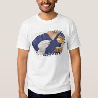 Der Zahnarzt erklärt mit einem zahnmedizinischen Tshirt