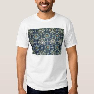 Detail der Blumendekoration von der Wölbung T-Shirts