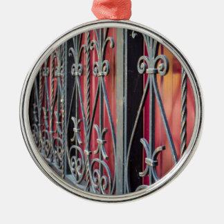 Detail eines alten Eisenzauns Silbernes Ornament