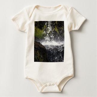 Detail eines kleinen Wasserfalls Baby Strampler