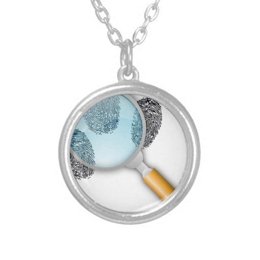 Detektiv-Anhaltspunkt-Entdeckungs-Finger nimmt von Halskette