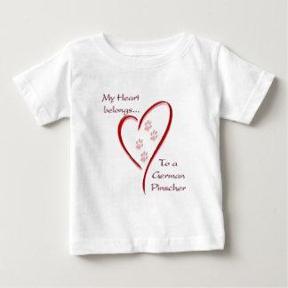 Deutsches Pinscher-Herz gehört Baby T-shirt