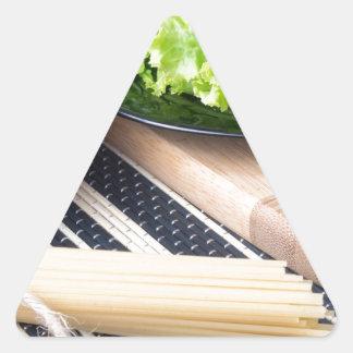 Diagonale Zusammensetzung auf einer Tabelle mit Dreieckiger Aufkleber