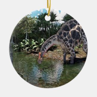 Dicraeosaurus-Dinosaurier, der auf einem Fluss Keramik Ornament
