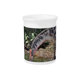 Dicraeosaurus-Dinosaurier, der auf einem Fluss Krug