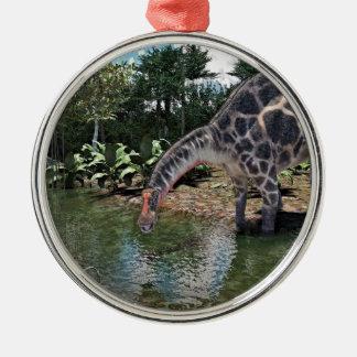Dicraeosaurus-Dinosaurier, der auf einem Fluss Silbernes Ornament