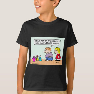 Die Action-Figuren des Jungen stehen gerade dort T-Shirt
