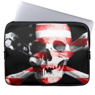 Die amerikanische Flagge gelegt auf einem Schädel Laptop Sleeve