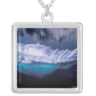 Die Antarktis, Paradies-Bucht. Eisberg im Kristall Versilberte Kette