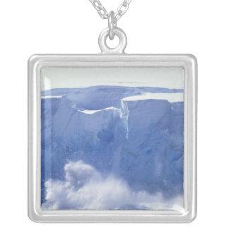 Die Antarktis, Paradies-Bucht, enorme Wellenformen Versilberte Kette