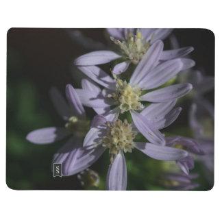 Die Aster-lila Wildblume-Taschen-Zeitschrift des Taschennotizbuch