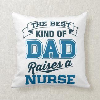 Die beste Art des Vatis hebt eine Krankenschwester Kissen