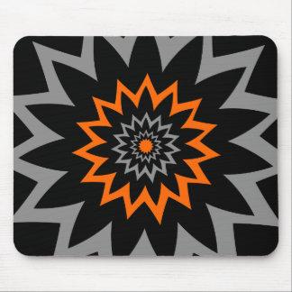 Die blühende Ausdehnung: Schwarzes und Orange Mousepad